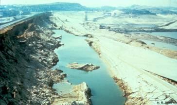 خرابی سد سن فرناندو طی زلزله سن فرناندو، سطح جاده بیانگر موقعیت قبلی تاج سد میباشد