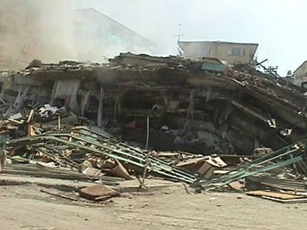 """آوار بصورت """"پن کیک"""" – زلزله 1999 ایزمیت"""