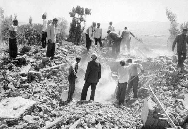 [تصویر:  Photos-of-an-Old-Earthquake-in-Iran_02.jpg]